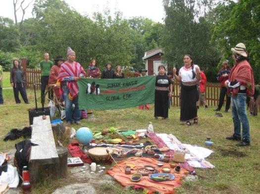 Carmen Blanco genomför en ceremoni till Pacha Mama på ett klimätläger, Hästa gård, Akalla sommaren 2012